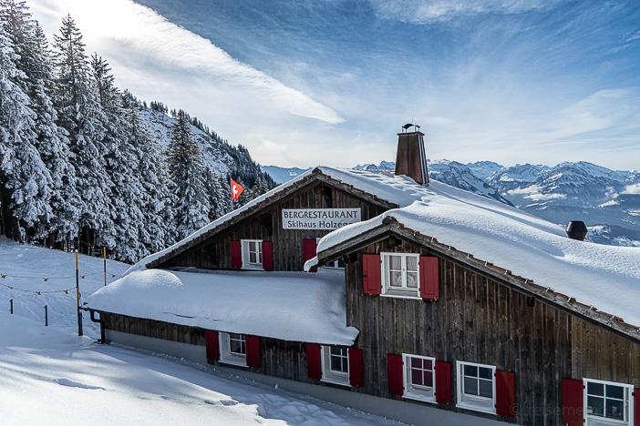 Bergrestaurant Skihaus Holzegg mit Schweizer Fahne