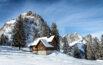 Verschneite Bruder Klausenkapelle Holzegg vor dem Grossen und Kleinen Mythen