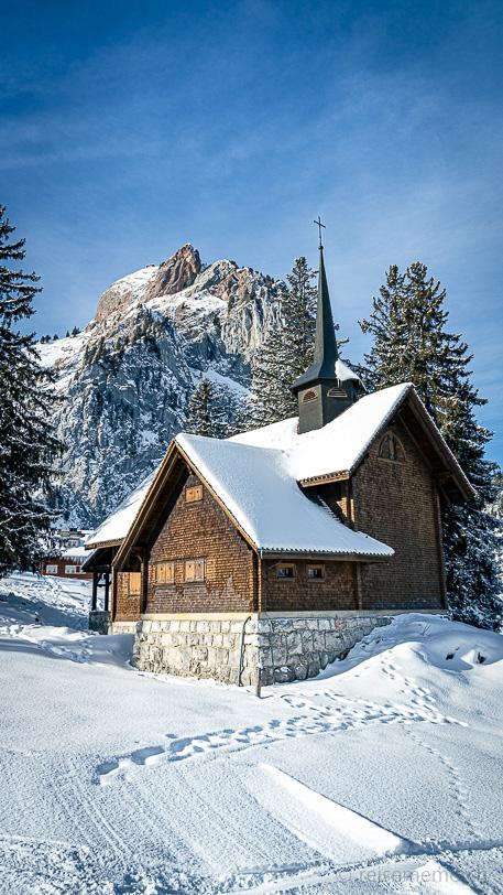 Verschneite Bruder Klausenkapelle Holzegg vor dem Grossen Mythen