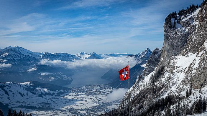 Schweizer Fahne beim Grossen Mythen vor Ibach und Brunnen