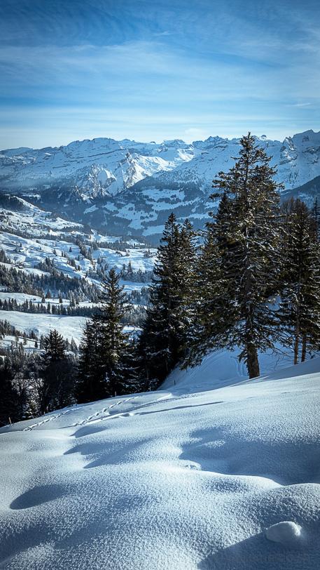 Winterlandschaft mit Muotathal, Hengst und Glattalp im Hintergrund