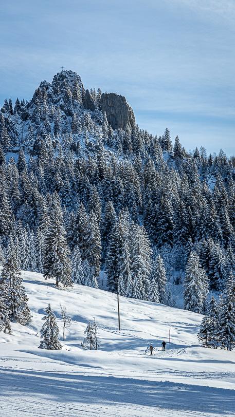 Schneeschuhwanderer unterhalb der Ibergeregger Passhöhe