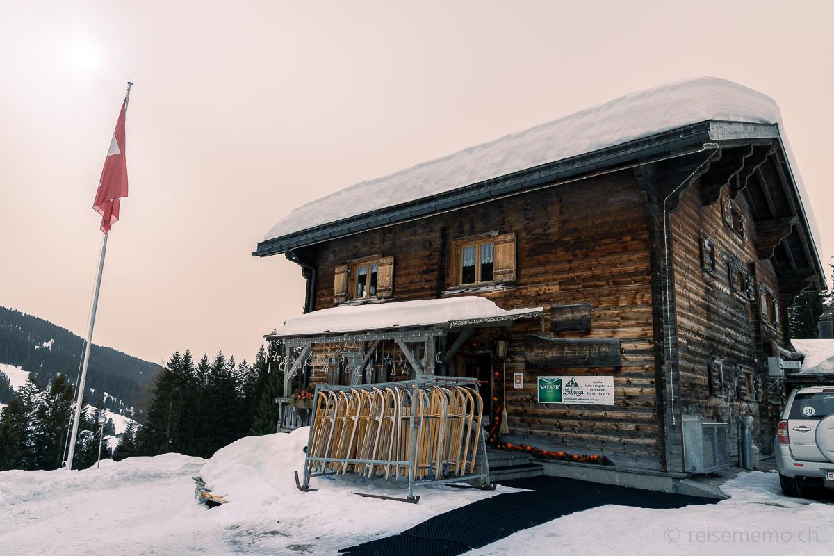 Schlitten und Restaurant der Schaukäserei Tschugga