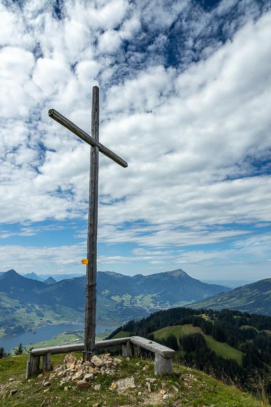 Gipfelkreuz unterhalb des Hochstuckli mit Sicht auf Lauerzensee