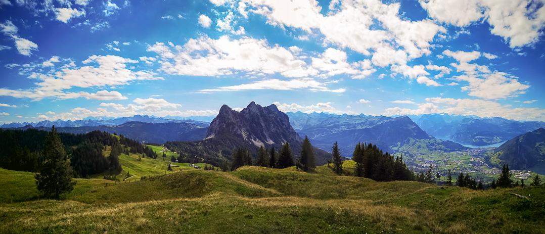 Panorama vom Hochstuckli mit Haggenspitz, Kleiner und Grosser Mythen bis Vierwaldstättersee