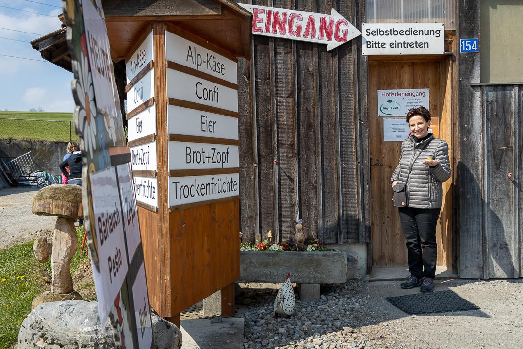 Katja im Laden des Bauernhofs Sigi Buur