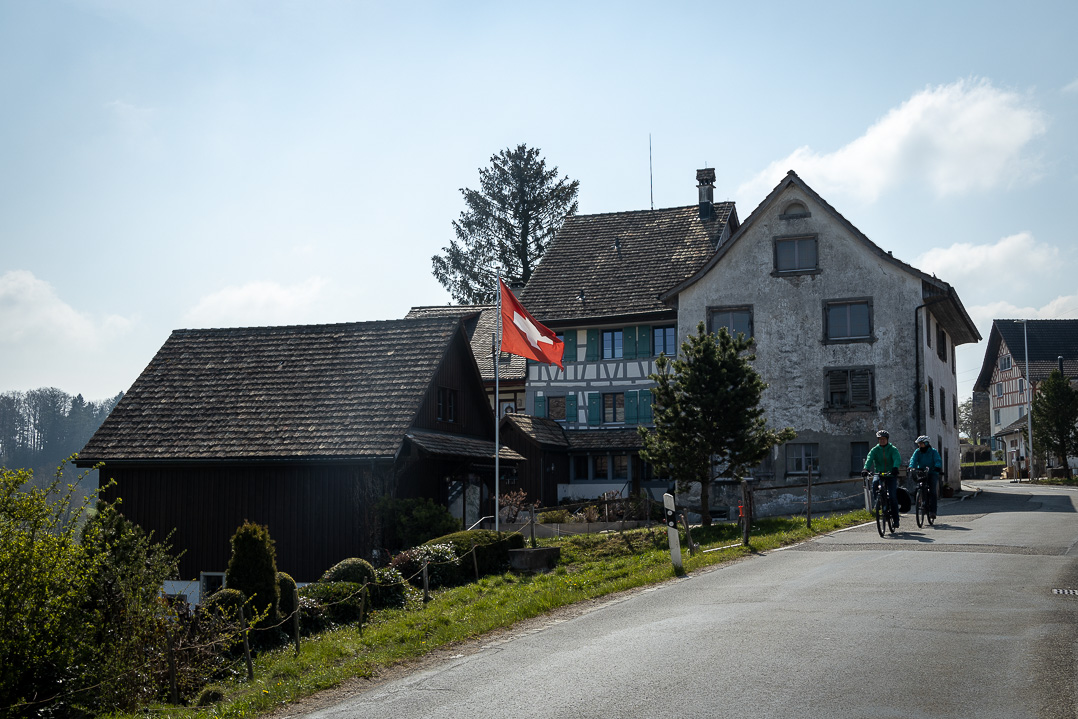 Velofahrer beim Weiler Sigi Buur an der Bergstrasse