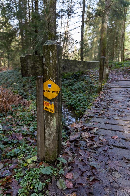 Zuger Wanderzeichen an Holzsteg