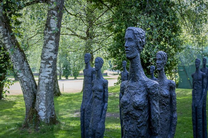 """Skulpturen """"Nähe und Distanz"""" von Milan Spacek auf dem Golfplatz Bad Ragaz"""