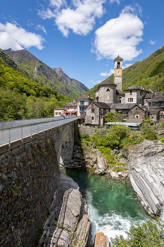 Autobrücke und Dorfkern von Lavertezzo