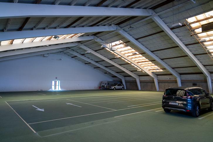 Parkplatz in der Tennishalle des Sportzentrums Mogelsberg