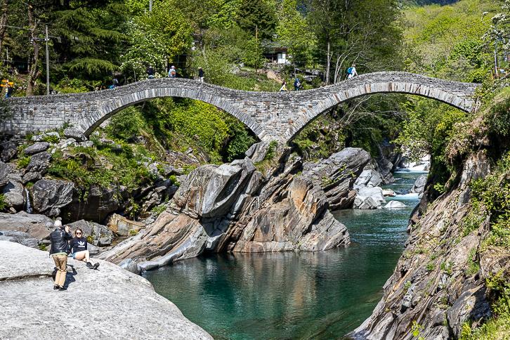 Doppelbogen der Römerbrücke Ponte dei Salti über die Verzasca bei Lavertezzo