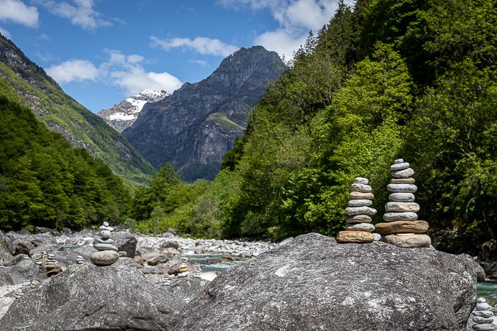 Steinfiguren an der Verzasca