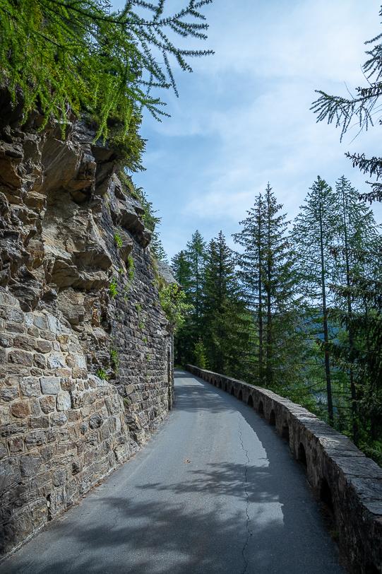 Enge Bergstrasse von der Standseilbahn-Bergstation zum Ritomsee