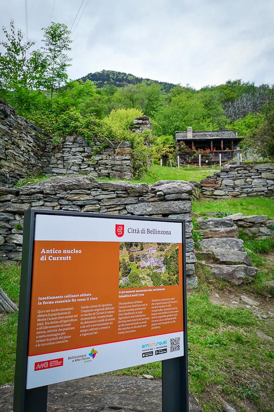 Informationstafel über den Weiler Curzùtt in der Region Bellinzonese