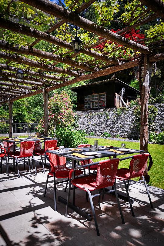 Terrasse mit Gartensitzplätzen und Pergola der Osteria Vittoria