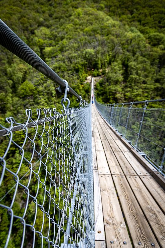 Geländer und Dielen der Hängebrücke