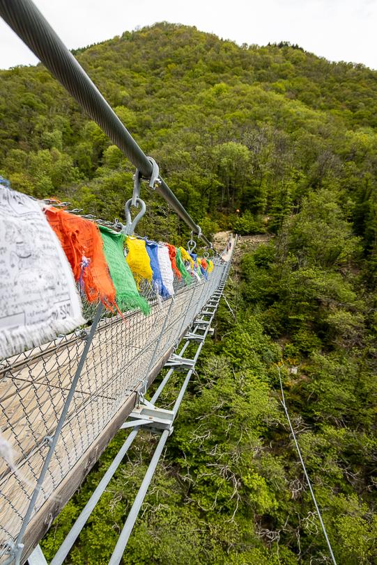 Tibetanische Fahnen am Geländer der Tibetischen Brücke