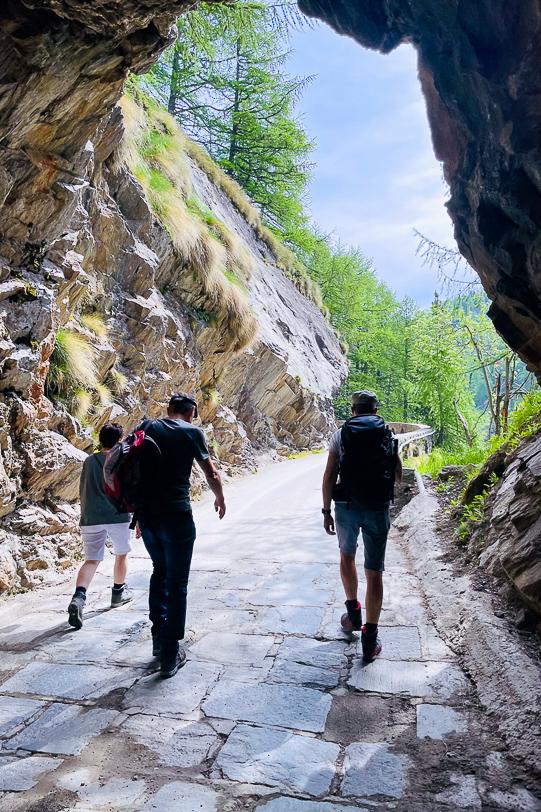 Wanderer im Tunnel der Bergstrasse zum Ritomsee