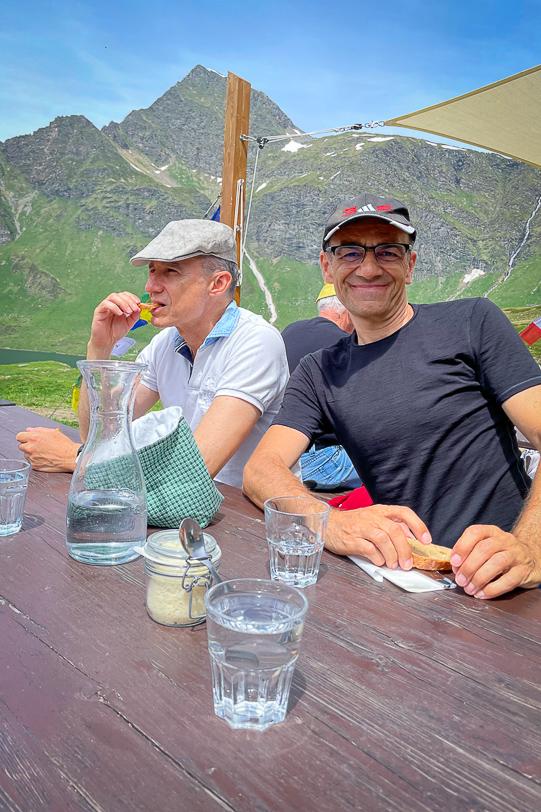 Walter und Alex am Esstisch in der SAC-Hütte Cadagno
