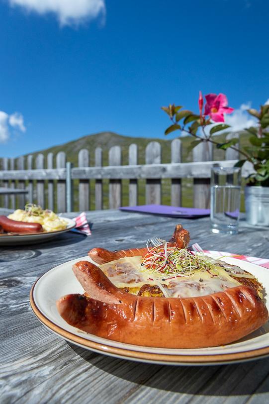 Cervelat und Rösti mit Käse überbacken auf der Glatt-Alp