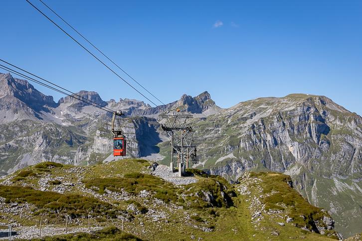 Kabine der Seilbahn Sahli-Glattalp im Alpenpanorama