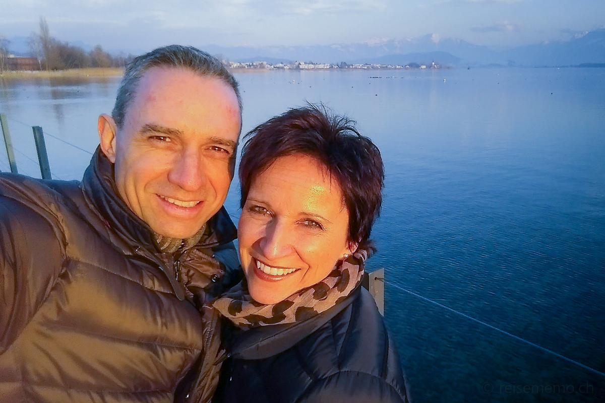 Walter und Katja auf dem winterlichen Holzsteg
