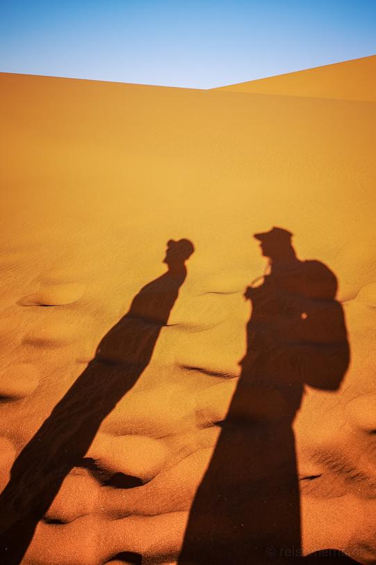 Schatten von Katja und Walter auf den Dünen des Deadvlei