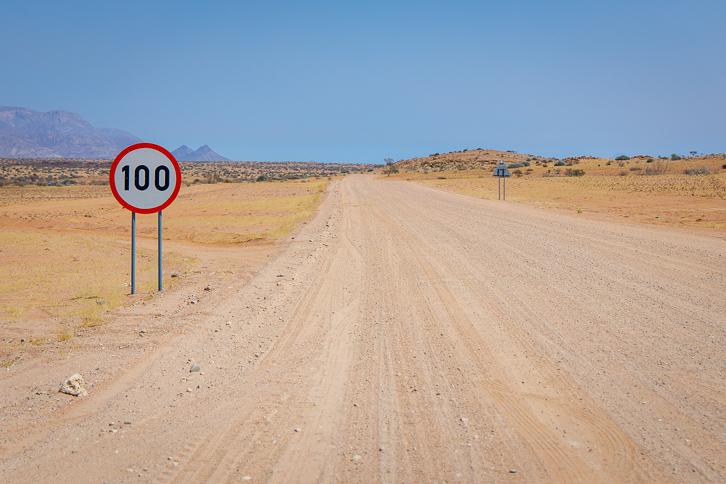Strassenschild mit Tempolimite 100 km/h