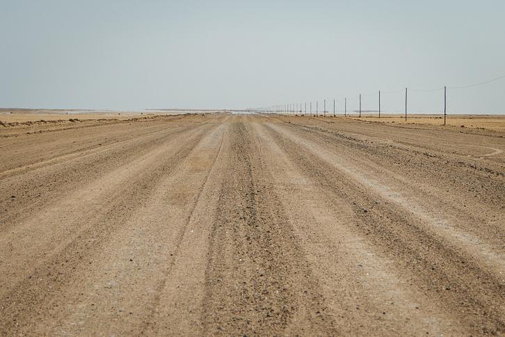 Schotterpiste in der Wüste Namibias