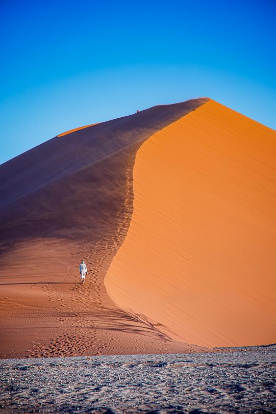 Wanderer auf der Düne 45 bei Sonnenuntergang