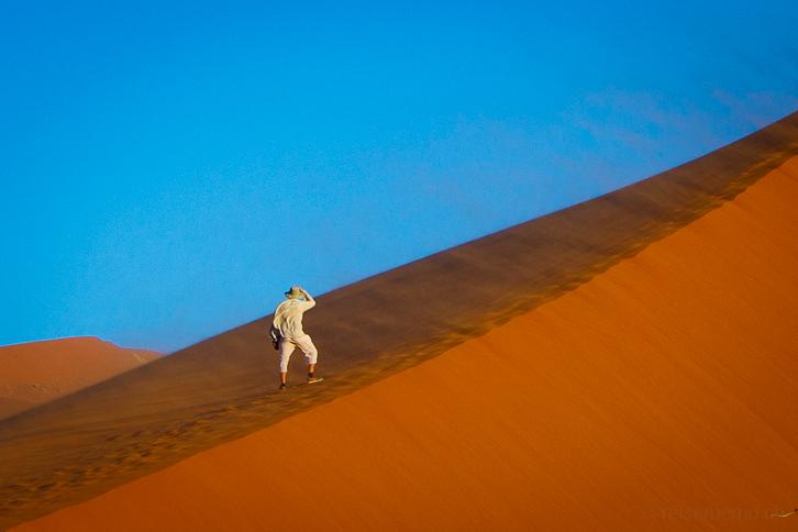 Wanderer bei starkem Wind auf Düne 45